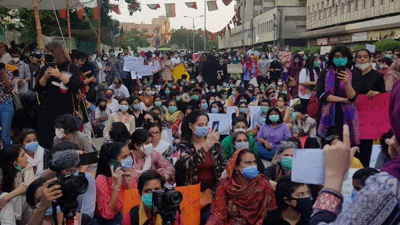 کراچی پریس کلب کے باہر مظاہرین نے نعرے لگائے—فوٹو:ڈان