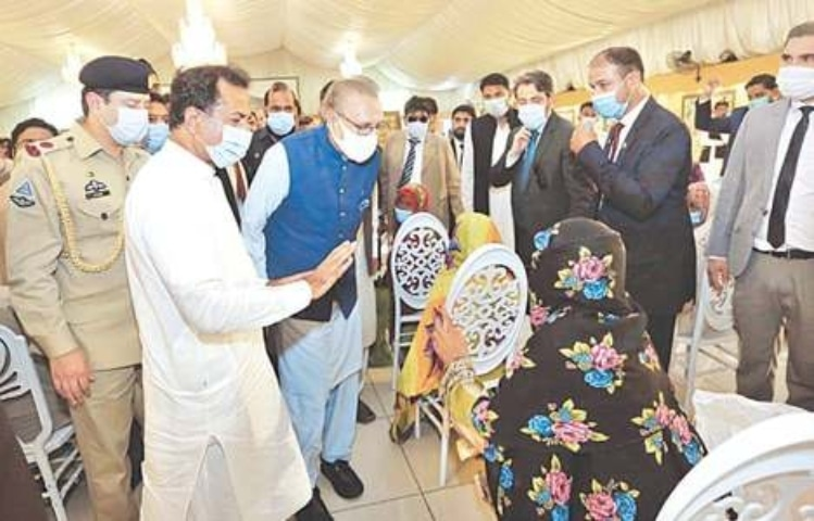 MIRPURKHAS: President Dr Arif Alvi listens to the problems of the flood-affected people during his visit to flood-hit areas of Sindh on Saturday. — APP