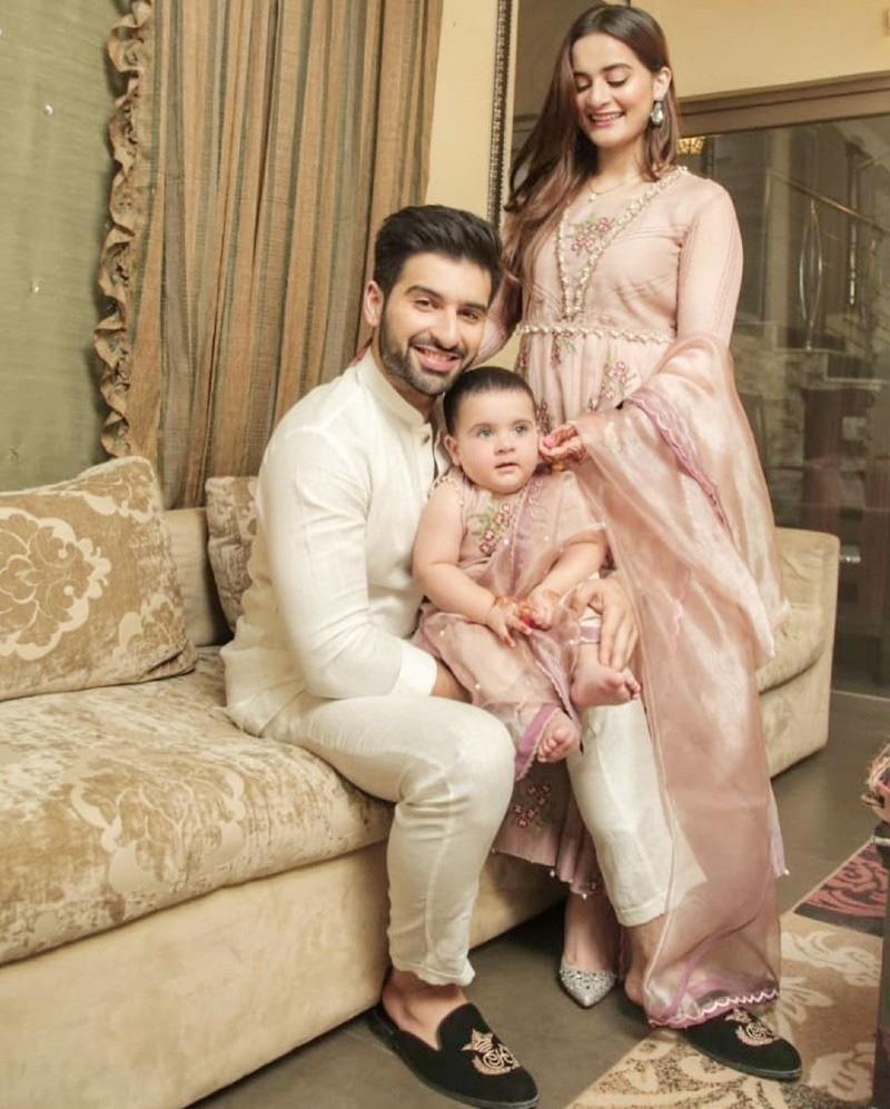 منیب بٹ اہلیہ ایمن خان اور بیٹی کے ہمراہ—فوٹو: انسٹاگرام