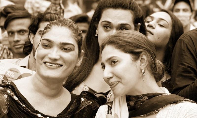مظاہرے میں ماہرہ خان سمیت کئی شوبز شخصیات نے شرکت کی—فوٹو: ماہرہ خان انسٹاگرام