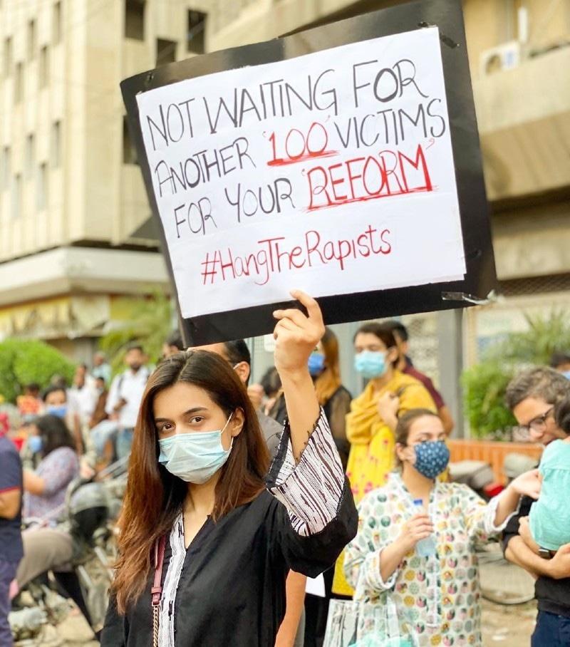 مظاہرے کے شرکا نے مختلف نعروں والے بینرز اٹھا رکھے تھے—فوٹو: بلال حسن انسٹاگرام