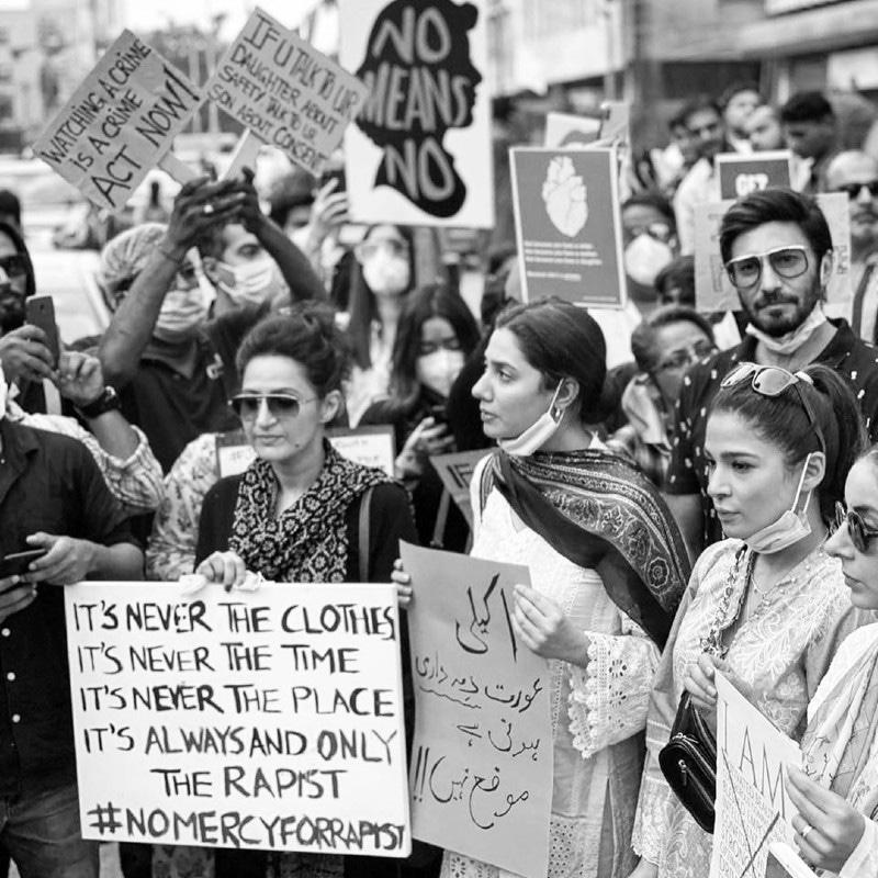 مظاہرے میں اعجاز اسلم، عائشہ عمر اور علی رحمٰن نے بھی شرکت کی—فوٹو: ماہرہ خان انسٹاگرام