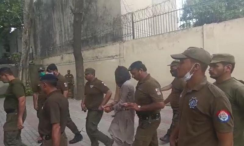 پولیس نے ملزم شفقت کو سخت سیکیورٹی میں چہرے پر کپڑا ڈال کر عدالت کے سامنے پیش کیا—تصویر: رانا بلال