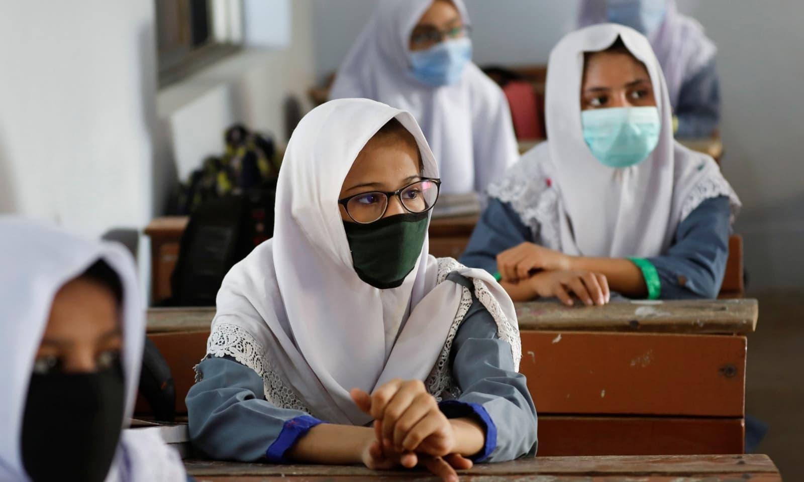 طلبہ اور اسکولز کے عملے کے لیے ماسک پہننا لازمی قرار دیا گیا ہے — فوٹو: رائٹرز
