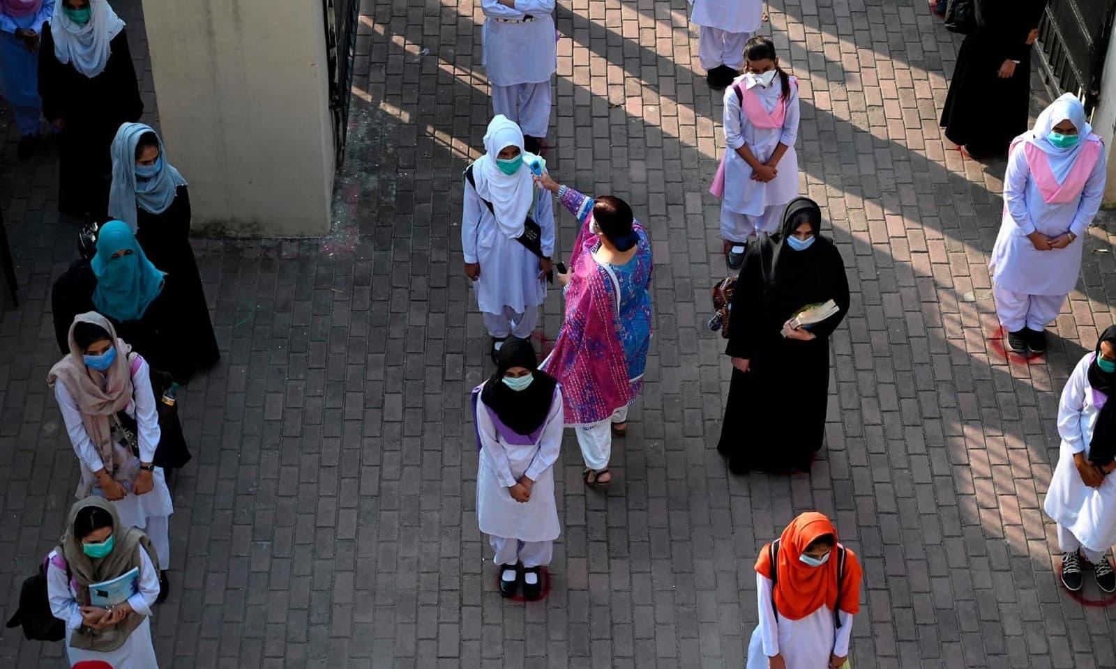 کورونا وائرس کی وجہ سے مارچ میں ملک کے تمام تعلیمی ادارے بند کردیے گئے تھے — فوٹو: اے ایف پی