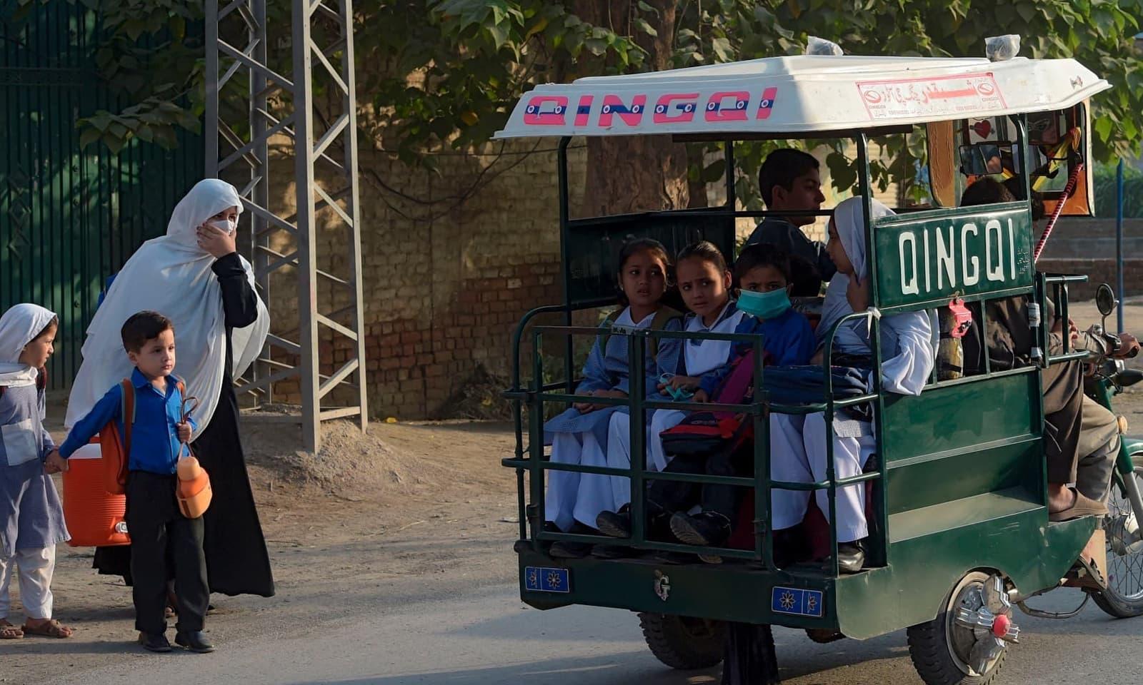 پشاور میں چھوٹے بچوں کو بھی اسکول جاتے ہوئے دیکھا گیا — فوٹو: اے ایف پی