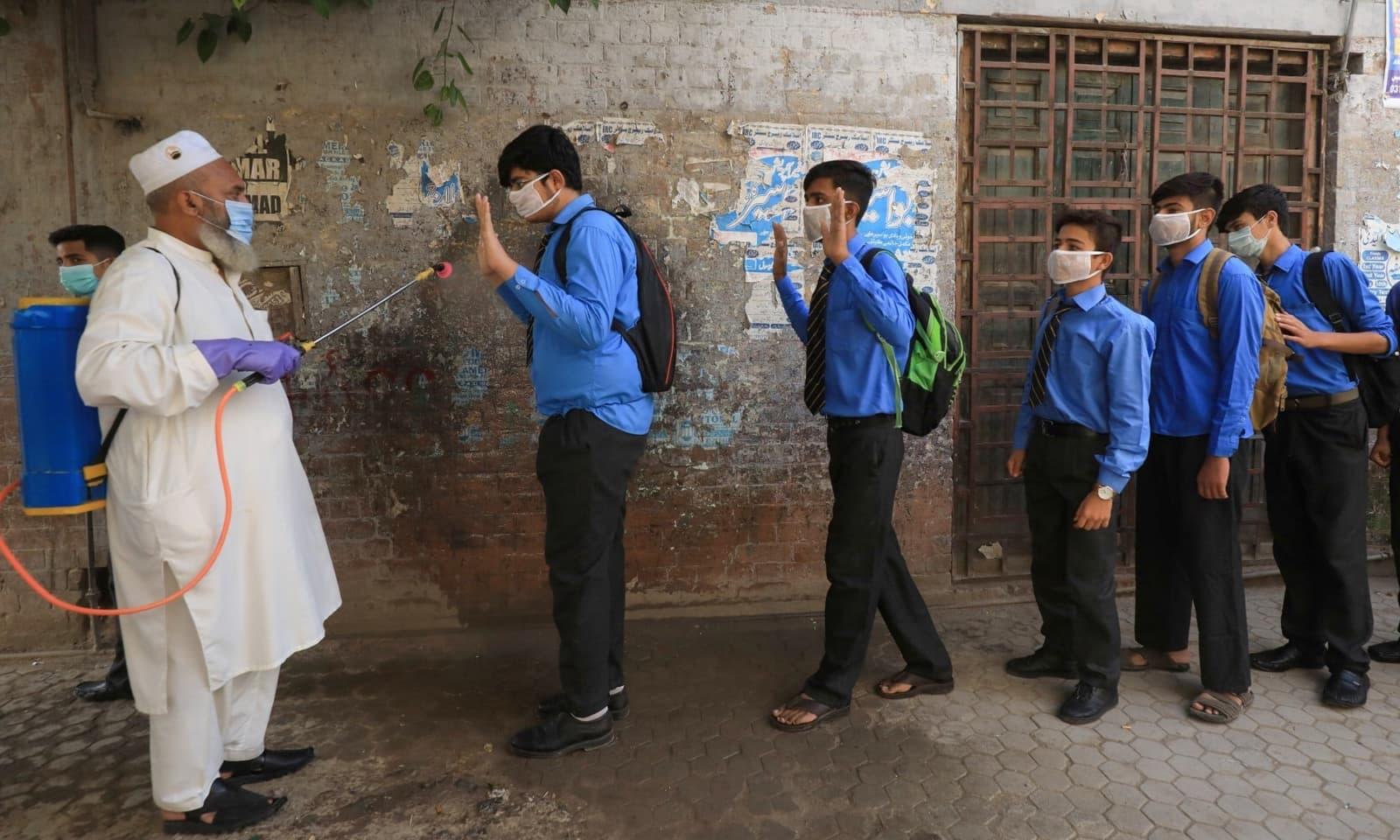 وبا کی وجہ سے آج سے شروع ہونے والے نئے تعلیمی سال کو مختصر کردیا گیا ہے —  فوٹو: رائٹرز