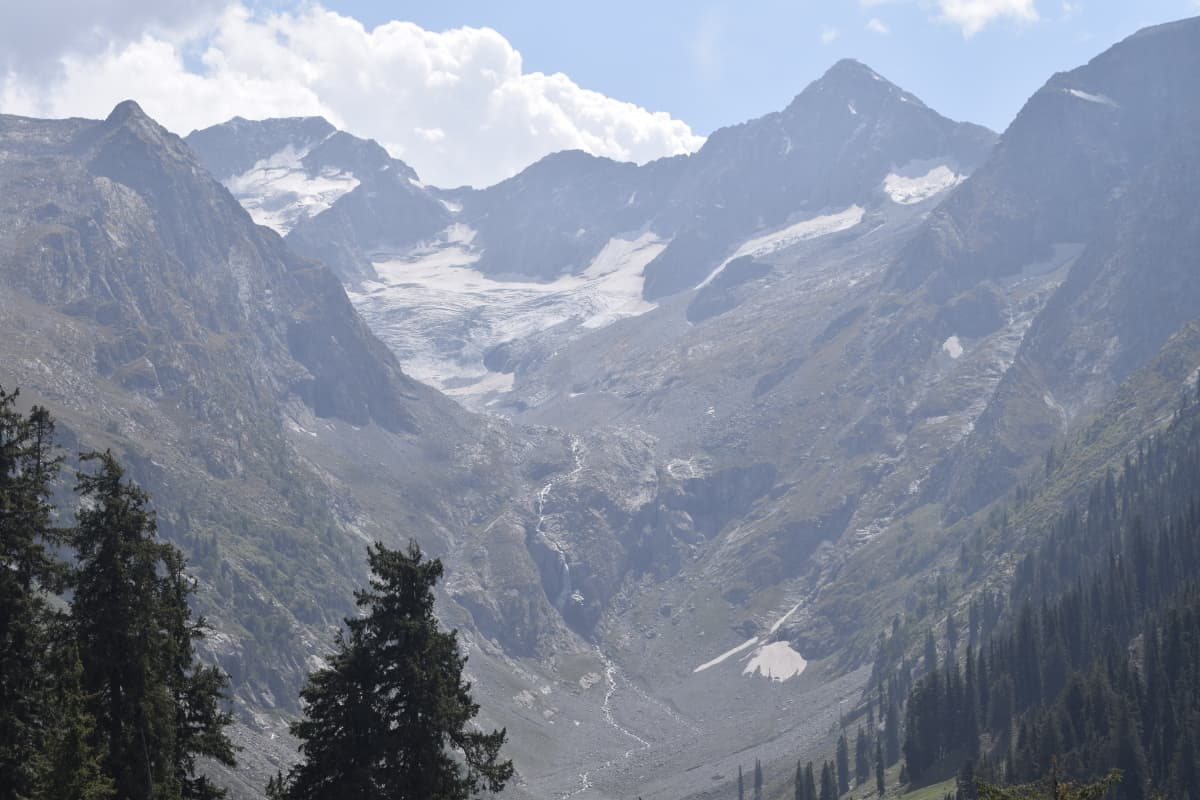 A view of the glaciers around the meadows.