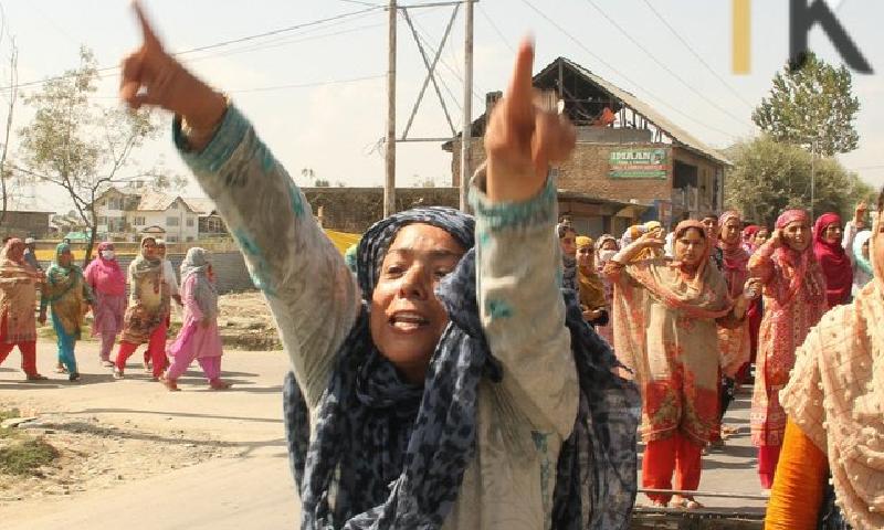 عرفان احمد ڈار کےقتل پر خواتین سمیت ہزاروں کشمیریوں نے احتجاج کیا—فوٹو:بشکریہ کشمیر میڈیا سروس