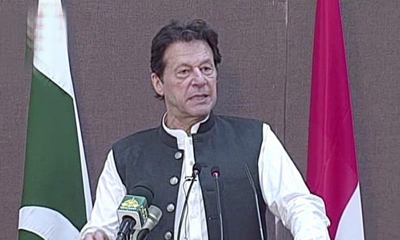 عمران خان ہری پور میں پاک آسٹریا فیگوچ شول انسٹی ٹیوٹ کی افتتاحی تقریب سے خطاب کررہے ہیں—فوٹو: ڈان نیوز