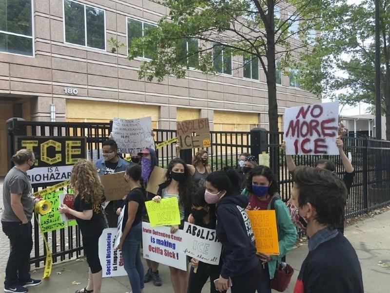 اسکینڈل سامنے آنے کے بعد مظاہرے بھی شروع ہوگئے—فوٹو: اے پی
