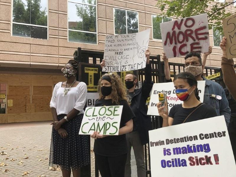 حراستی مراکز میں خواتین کے ساتھ ہونے والے واقعے خلاف امریکا کی متعدد ریاستوں میں مظاہرے شروع ہوگئے—فوٹو: اے پی