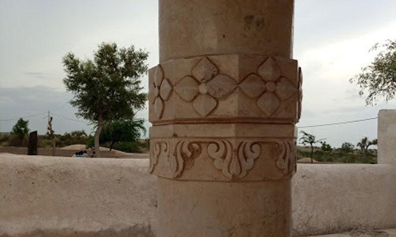 سنگِ مرمر سے تعمیر شدہ خوبصورت ستون