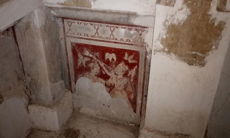 مندر کے اندر کی رنگین کشیدہ  کاری