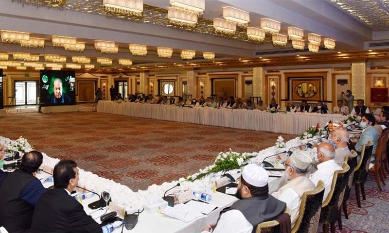 مسلم لیگ (ن) کے قائد نواز شریف آل پارٹیز کانفرنس سے خطاب کر رہے ہیں— فوٹو: اے پی پی