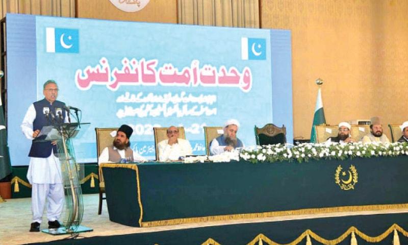 President Dr Arif Alvi speaks at the Wahadat-i-Ummat Conference at the Presidency on Monday. Allama Arif Wahidi, Allama Ziaullah Shah Bukhari, Allama Hafiz Tahir Mehmood Ashrafi, Religious Affairs Minister Pir Noorul Haq Qadri, AJK President Sardar Masood and Pir Naqeebur Rehman are also pictured.— APP
