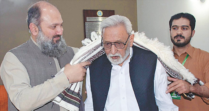 QUETTA: Balochistan Chief Minister Jam Kamal Khan Alyani presents a traditional shawl to Rashid Baig during the Quetta Press Club's Golden Jubilee ceremony on Monday. — INP