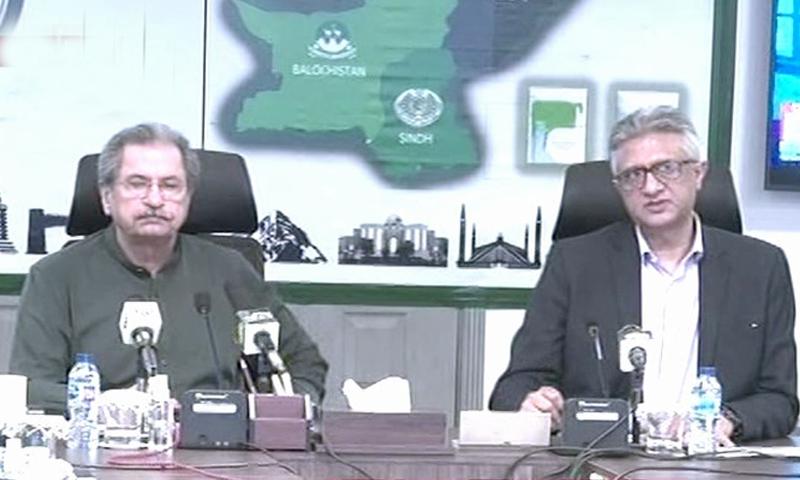 معاون خصوصی برائے صحت فیصل سلطان اور وفاقی وزیر تعلیم شفقت محمود پریس کانفرنس سے خطاب کر رہے ہیں— فوٹو: اسکرین شاٹ