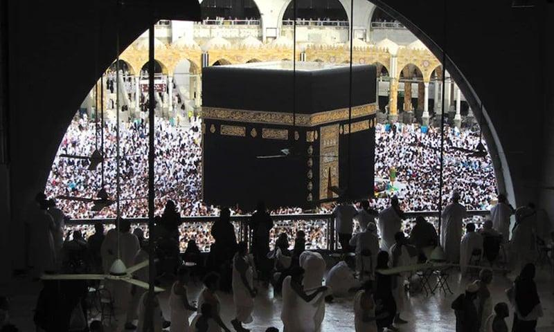 مملکت نے مارچ میں عمرہ معطل کردیا تھا اور مسلمانوں کی سالانہ عبادت حج کو بھی مختصر کردیا تھا —فائل فوٹو: اے پی