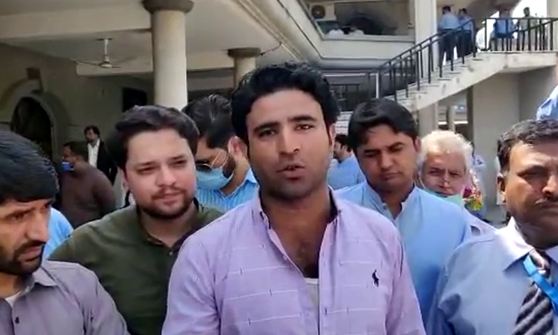 Channel 24 reporter Ehtisham Kiyani talks to journalists after being released by Islamabad police. — Screengrab courtesy Tahir Naseer