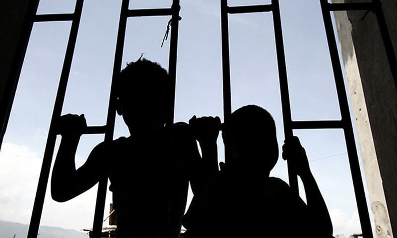 رشتہ داروں نے متاثرہ بچے کا جنازہ کے ساتھ احتجاج کیا اور ملزم کو سخت سزا دینے کا مطالبہ کیا — فائل فوٹو / رائٹرز
