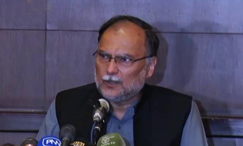 مسلم لیگ (ن) کے رہنما احسن اقبال نے پریس کانفرنس کی—فوٹو:ڈان نیوز