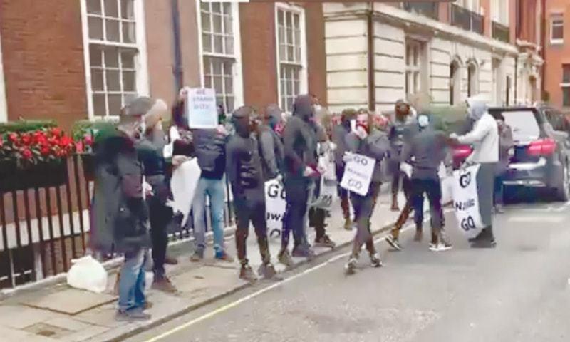 لندن میں نواز شریف کی رہائش گاہ کے باہر مظاہرہ