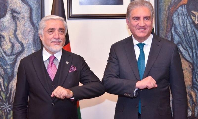 وزیر خارجہ شاہ محمود قریشی اور افغانستان کے چیف ایگزیکٹو عبداللہ عبداللہ ملاقات کے دوران خوشگوار موڈ میں نظر آ رہے ہیں— فوٹو بشکریہ ریڈیو پاکستان