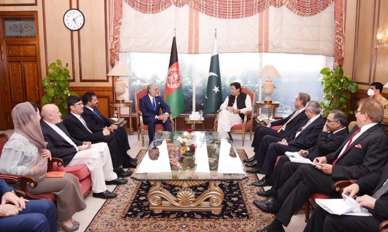 وزیر اعظم عمران خان سے افغانستان کی اعلیٰ کونسل برائے قومی مفاہمت کے چیئرمین عبداللہ عبداللہ نے ملاقات کی — فوٹو: پی آئی ڈی
