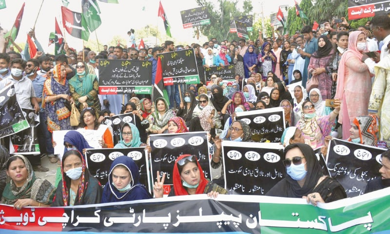 PPP activists protest outside the SSGC office on Tuesday over persisting gas crisis. — Dawn
