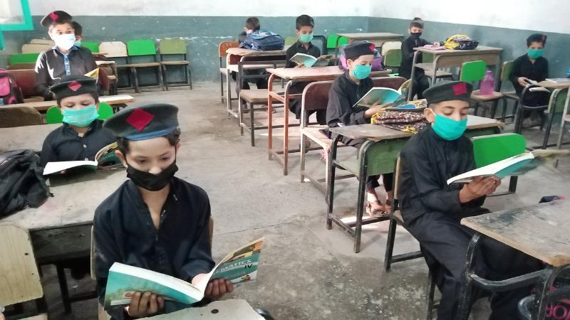 خیبرپختونخوا کے ایک اسکولز میں کورونا ایس او پی پر عملدرآمد کیا گیا—فوٹو: سراج الدین
