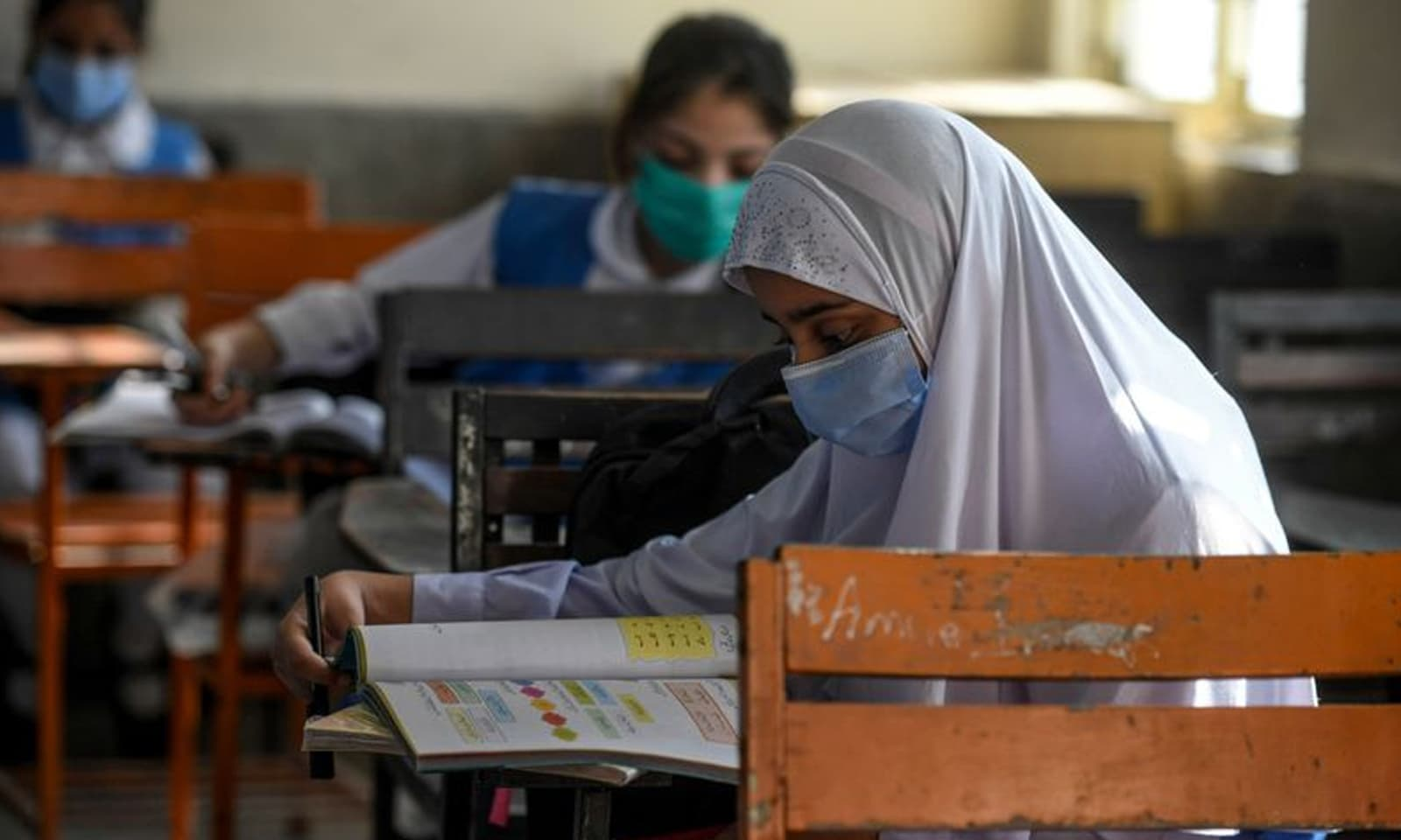 طلبہ سمیت اسکولز کے عملے کے لیے ماسک پہننا لازمی قرار دیا گیا ہے—فوٹو: اے ایف پی