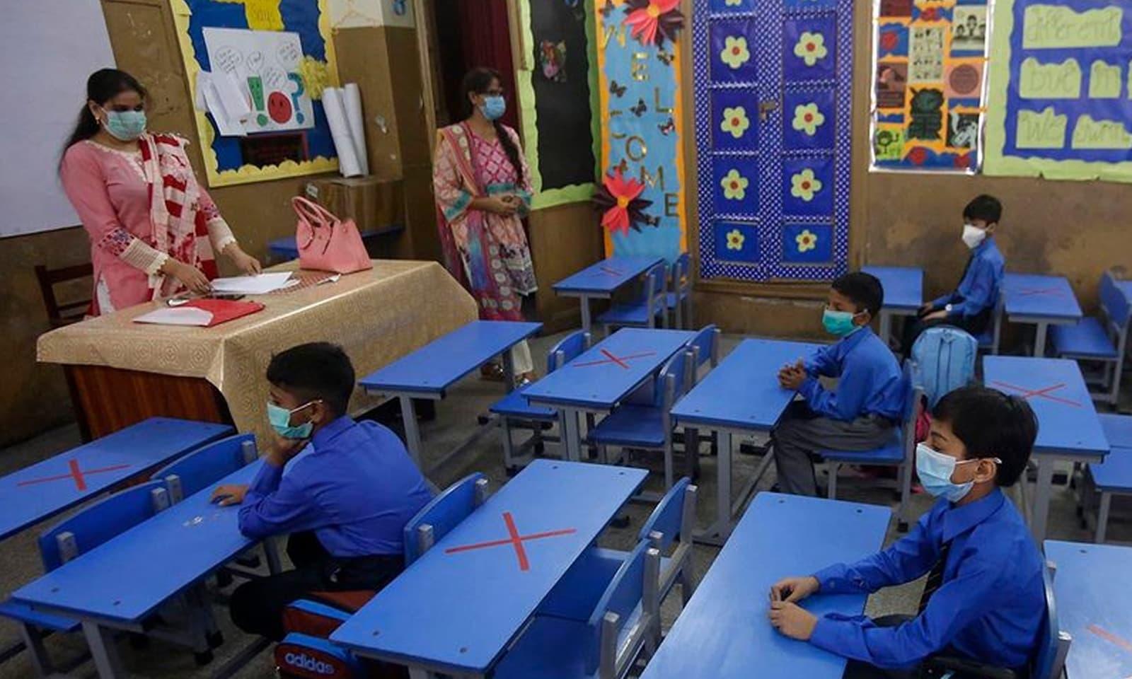 26 فروری کو کورونا وائرس کے پہلے کیس کے بعد سب سے پہلے تعلیمی اداروں کی بندش کا اعلان کیا گیا تھا— فوٹو: اے پی