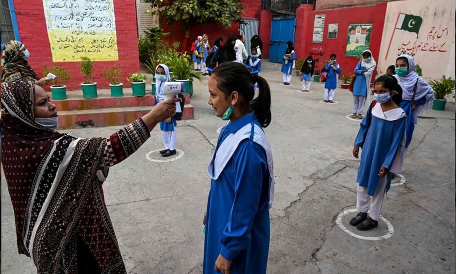 والدین کو تجویز دی گئی ہے کہ اگر بچے کو بخار یا نزلہ زکام ہے تو اسے اسکول نہ بھیجا جائے—فوٹو: اے ایف پی