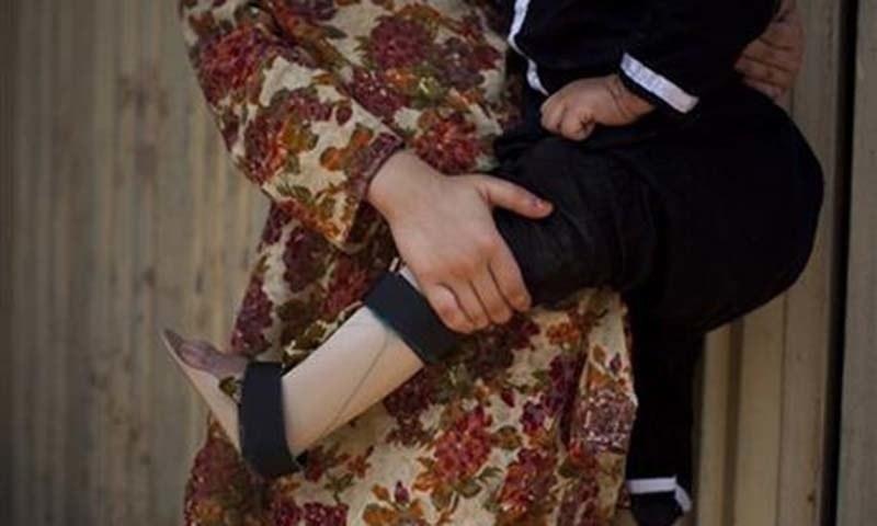 بچے کی بائیں ٹانگ متاثر ہوئی ہے—فائل فوٹو: اے پی