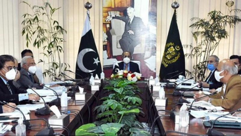 مشیر خزانہ ڈاکٹر عبدالحفیظ شیخ ایکنک کی ایگزیکٹو کمیٹی کے اجلاس کی صدارت کر رہے ہیں۔ فوٹو:اے پی پی