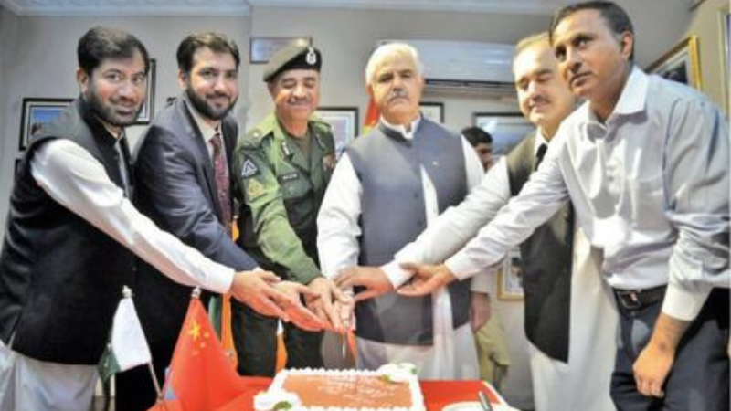 Chief Minister Mahmood Khan and others cut a cake during a ceremony at China Window, Peshawar, on Thursday. — White Star