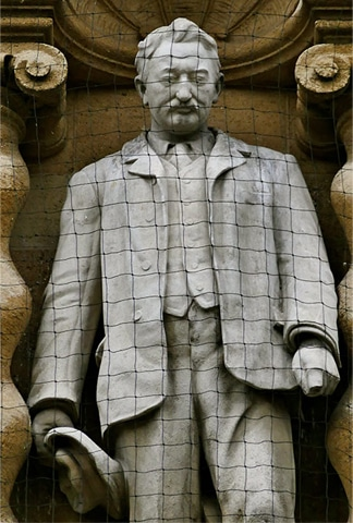 Statue of Rhodes in Oriel College