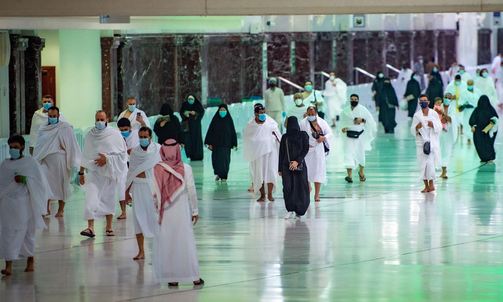 ایک ہزار ملازمین کو عمرے اور مسجد الحرام کی صورتحال کی نگرانی کے لیے تربیت دی گئی ہے—فوٹو: اے ایف پی