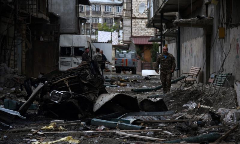دونوں جانب سے بڑے شہروں میں ہونے والی شیلنگ کے باعث شہریوں میں خوف و ہراس پیدا ہوگیا ہے —فوٹو: اے پی