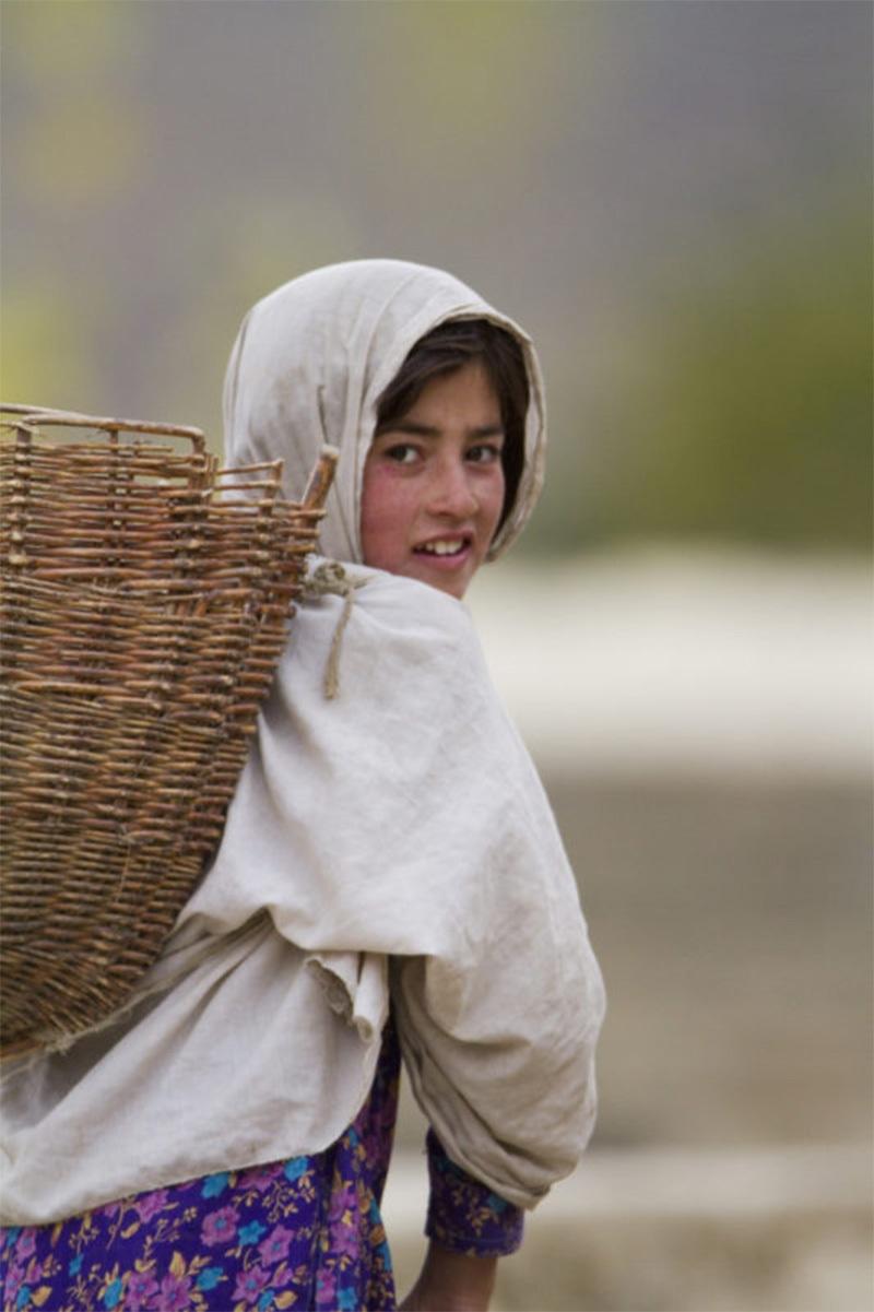 بکروال بچی گلگت بلتستان میں گلیشئر کے پگھلاؤ کے باعث دوسری جگہ جاتے ہوئے—فوٹو بشکریہ: ڈبلیو ڈبلیو ایف، پاکستان