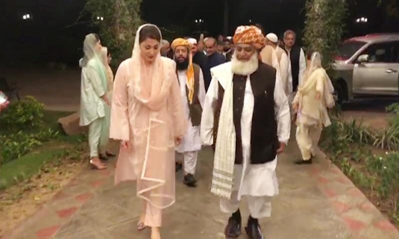 JUI-F chief Maulana Fazlur Rehman is received for the meeting by PML-N leader Maryam Nawaz. — DawnNewsTV