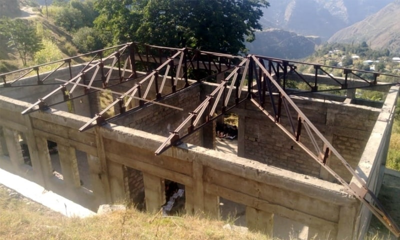 The roofless building of the Government Primary School Pashtu Tangai. — Photo by author