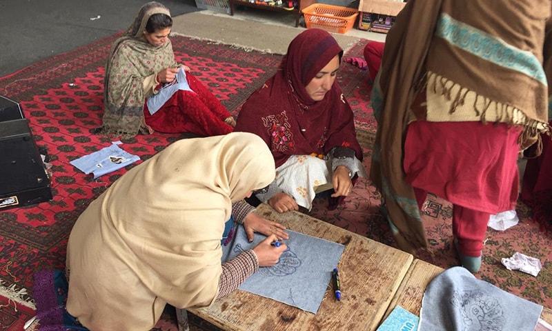گاؤں کی خواتین دستکاری کا کام کررہی ہیں