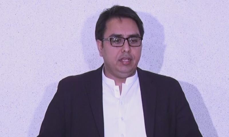 وزیر اعظم کے معاون خصوصی شہباز گِل پریس کانفرنس سے خطاب کر رہے ہیں— فوٹو: اسکرین شاٹ/ ڈان نیوز