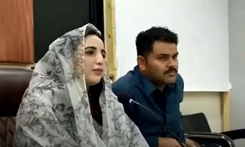 حریم شاہ کراچی پریس کلب میں پریس کانفرنس کرتے ہوئے — اسکرین شاٹ