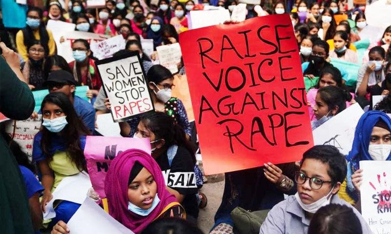 بنگلہ دیش بھر میں ہونے والے مظاہروں میں نوجوان لڑکیوں کی بہت بڑی تعداد نے شرکت کی—فوٹو: ڈھاکا ٹربیون