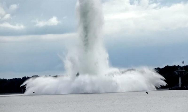 جنگِ عظیم دوم کا بم ناکارہ بنانے کے دوران سمندر میں تباہی