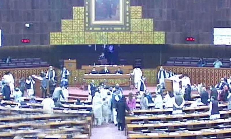 قومی اسمبلی میں اپوزیشن کے گو نیازی گو کے نعرے، وزیراعظم اجلاس چھوڑ کر چلے گئے