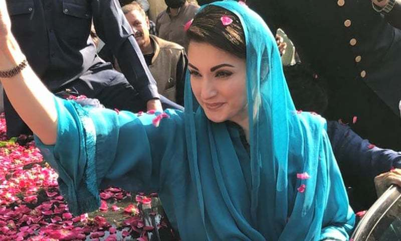 PML-N Vice President Maryam Nawaz waves to supporters while on her way to Gujranwala. — DawnNewsTV